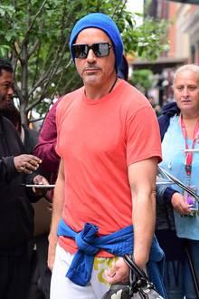 Robert Downey Jr. trägt seine blaue Strickmütze farblich passend zum um die Hüfte geschwungenen Sweatshirt.