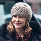 """Am Set ihres Films """"Untouchable"""" wird der schöne Kopf von Nicole Kidman von dieser beigefarbenen Strickmütze besonders warm gehalten."""