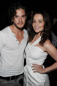 Kit Harrington + Emilia Clarke 2011 in unschuldigem Weiß