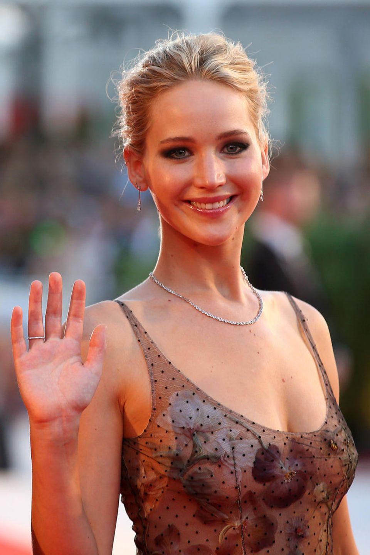 """Wunderschön dezent zeigt sich Jennifer Lawrence bei der Premiere von """"Mother!"""" mit klassischer Diamant-Kette und passenden Ohrringen."""