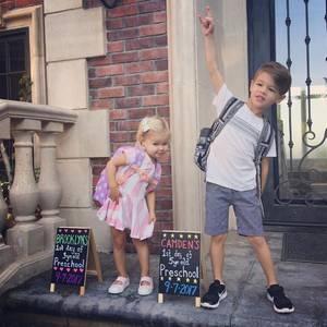 """""""Rock on, Preschool!"""", kommentiert Vanessa Lachey den süßen Schnappschuss ihrer Kinder Brooklyn und Camden."""