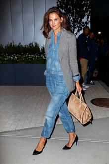 Die Bürgersteig-Fashionshow geht bei Katie Holmes am Abend direkt weiter. Selbst im lässigen Denim-Overall von Etienne Marcel sorgt sie für viel Glamour auf New Yorks Straßen.