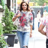 Kuschelig und leger kommt Katie Holmes in zerrissener Jeans und Flauschpullover durch den Tag. Die roten Blumen sorgen für den ultimativen Farbtupfer.