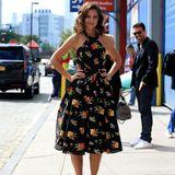 In einem floralen Kleid von Zac Posen macht Katie Holmes den Bürgersteig zum Laufsteg. Mit passenden Glamourlocken bekommt ihr Look einen edlen 60's-Touch.
