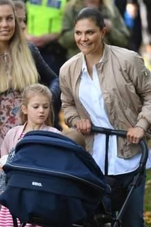 Da ist es doch fast schon selbstverständlich, dass Prinzessin Victoria und ihre zwei royalen Sprösslinge ebenfalls in den Park kommen, um ihren Ehemann und Vater zu unterstützen.