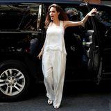 In Toronto bezaubert Angeline Jolie im floral verzierten, weißen Seiden-Anzug.