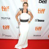 Kate Winslet ist immer ein Hingucker. Besonders in diesem weißen Neckolder-Kleid mit schwarzer Spitze.