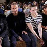 David Beckham und sein Sohn Brooklyn schauen sich die Show gemeinsam mit dem neuen Chef der britischen Vogue Edward Enninful (l.) an.