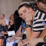 Langeweile in der Front-Row? Brooklyn Beckham wartet zusammen mit Papa David auf den Beginn der Fashion-Show seiner Mutter.