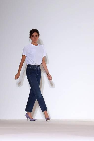 Nach der Fashion-Show zeigt sich Designerin Victoria Beckham ganz sportlich im Jeans- und T-Shirt-Look.