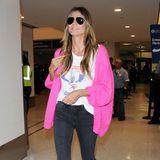 Blaue Pumps zu einer pinkfarbenen Strickjacke? Eine durchaus gewagte Farbkombination, die Heidi Klum allerdings mit Bravour meistert. Das Topmodel hat eben ein Händchen für Mode.
