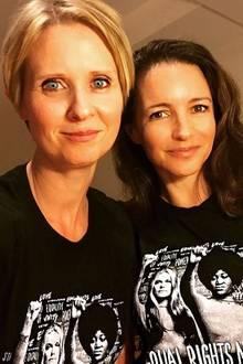 """Cynthia Nixon und Kristin Davis  Nicht nur im Serien-Hit """"Sex and the City"""" sind sie beste Freunde: Die vielen Jahre als Schauspielkolleginnen haben auch privat für eine innige Freundschaft gesorgt. Die lustige Illustration des berühmten Vierergespanns - um Miranda, Charlotte, Carrie und Samantha - erinnert im Hintergrund an die unvergesslichen Zeiten."""
