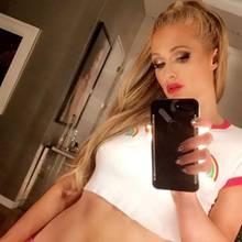 Mit diesem Foto gerät Paris Hilton während der New York Fashion Week in Schieflage. Ihr perfektes Barbie-Image bekommt einen Knick - ungefähr so, wie der Teppich rechts im Bild, dessen Kante merkwürdig krumm wirkt. Es scheint ganz so, als hätte Paris hier etwas mit Photoshop nachgeholfen, um ihre Taille etwas schmaler zu ziehen.