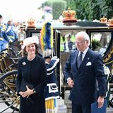 Mit den prachtvollen Königskutschen kommen auch Silvia und Carl Gustaf am Parlament an.
