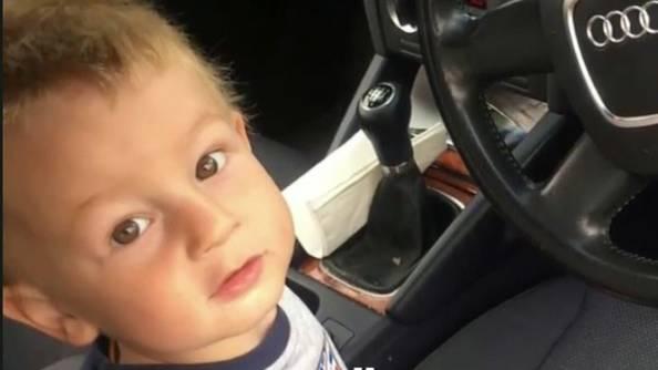 Junge beim Autofahren