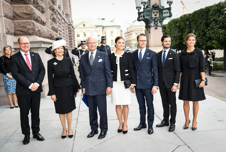Als alle sechs Royals an den Türen angekommen sind, posieren sie für ein Familienfoto. Auf diesem ist besonders gut zu erkennen, dass sie ihre Outfits aufeinander abgestimmt haben.