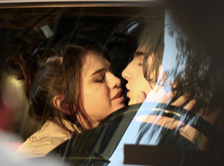Heiße Küsse am Set: In einem bisher unbenannten Projekt von Star-Regisseur Woody Allen spielen Selena Gomez und Timothée Chalamet offenbar ein Liebespaar. Auch wenn die Knutscherei rein beruflicher Natur ist: Selenas Freund The Weekend dürfte das nicht gefallen.