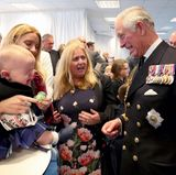 Prinz Charles wirkt doch immer so fröhlich und nett: Dieses Baby findet das ganz und gar nicht. Während einer Taufzeremonie fängt der Kleine an zu weinen und bringt den Prinzen in eine ganz schön unangenehme Lage. Immer schön weiterlächeln ...