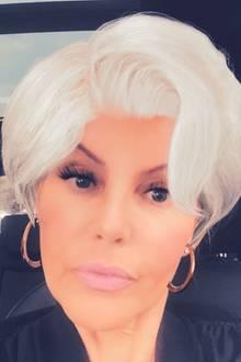 """11. September 2017  Natascha Ochsenknecht gratuliert Birgit Schrowange zur neuen Frisur. """"Endlich frei! Dicken Knutscher"""", postet sie. Die mit Photoshop bearbeitete Frisur soll auf humorvolle Weise an den neuen Style der Fernsehmoderatorin erinnern."""