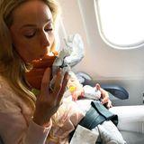 10. September 2017  Na und, dann steckt man halt mal fest auf der Landebahn: Solange das Baby schläft und eine Hand frei ist für den Burger, kann sich Storm Keating nicht beschweren.