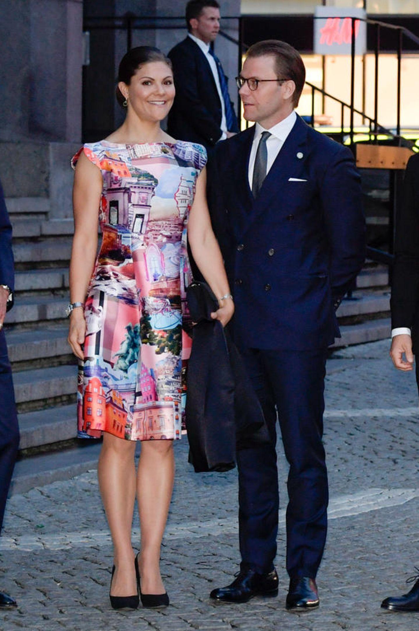 Prinzessin Victoria kann sich glücklich schätzen. Sie hat ihren Mann, Prinz Daniel, die ganze Zeit an ihrer Seite. In einem seidigen Etuikleid lenkt sie allerdings alle Blicke ganz allein auf sich.