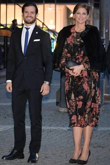 Prinzessin Madeleine hat ihr Twinset gegen ein luftig herbstliches Kleid eingetauscht und bezaubert darin an der Seite ihres Bruders. Ihr Ehemann Chris hat hingegen geschäftliche Verpflichtungen und kann sie nicht begleiten.