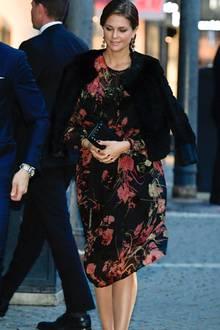 Zu einem Konzert anlässlich der Eröffnung des schwedischen Parlaments trägt die schwangere Prinzessin Madeleine ein schwarzes Kleid mit floralem Print. Madeleine, die sonst für ihr Faible für luxuriöse Outfits bekannt ist, hat mit diesem Look ein echtes Schnäppchen gemacht. Das Kleid stammt vom spanischen Label ZARA und kostet knapp 60 Euro.