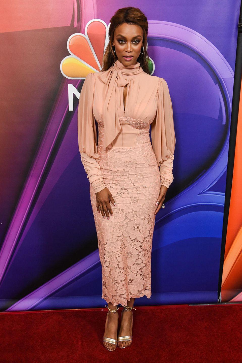 Drama plus Klasse ergibt bei Tyra Banks einen grandiosen Look mit Volumenbluse und Spitzenrock