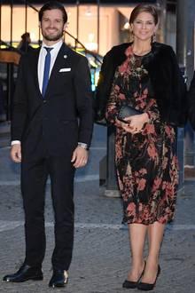 Ins Stockholmer Konzerthaus geht Madeleine während ihrer dritten Schwangerschaft in einem günstig geshoppten Kleid von Zara, das sie mit edlen Accessoires aufwertet.