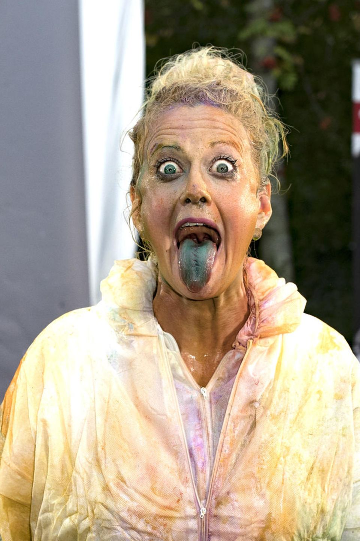 Barbara Schöneberger muss viel einstecken: Beim Farbbeschuss bekommt sie sogar Farbe in den Mund, wie sie unverkennbar demonstriert.