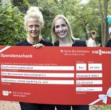 Es hat sich gelohnt: Stolz präsentiert Barbara Schöneberger den Spendenscheck in Höhe von 45.000 €.