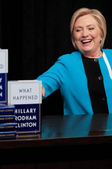 """12. September 2017  Hillary Clinton hat gut lachen: Die ehemalige Präsidentschaftskandidatin veröffentlicht ihr neues Buch """"What Happened"""", in dem die sie die Präsidentschaftswahl noch einmal detailliert durchgeht und erklärt, warum nicht sie, sondern Donald Trump sich am Ende als Sieger feiern lassen konnte. Das verspricht gute Verkaufszahlen: Ein guter Trost für die Politikerin."""