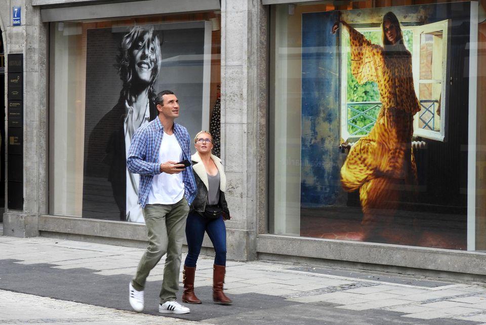 13. September 2017  Händchen haltend schlendern Wladimir Klitschko und Hayden Panettiere durch Münchens Innenstadt. Immer wieder blickt die Schauspielerin dabei zu ihrem Partner auf. Er lächelt währenddessen glücklich in die Luft. Sieht so etwa ein Pärchen aus, das gerade in einer Trennungskrise steckt, so wie es in der Gerüchteküche momentan behauptet wird? Nein, ganz und gar nicht!