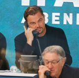 Auch Leonardo DiCaprio lässt sich die Spendengala nicht entgehen: Der smarte Hollywoodstar dürfte so manches Frauenherz höherschlagen lassen am Telefon; und hoffentlich auch ordentlich Spendengelder für die Hurrikan-Opfer in Texas und Umgebung einnehmen. Vorne im Bild ist Altstar Robert De Niro ebenfalls fleißig am Anrufe entgegennehmen.