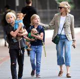 Zusammen mit ihren Söhnen Samuel und Alexander Schreiber führt Naomi Watts ihre zwei Hunde aus. Die Vierbeiner haben es dabei sehr bequem: Sie müssen nicht selber laufen, sondern können sich einfach tragen lassen.