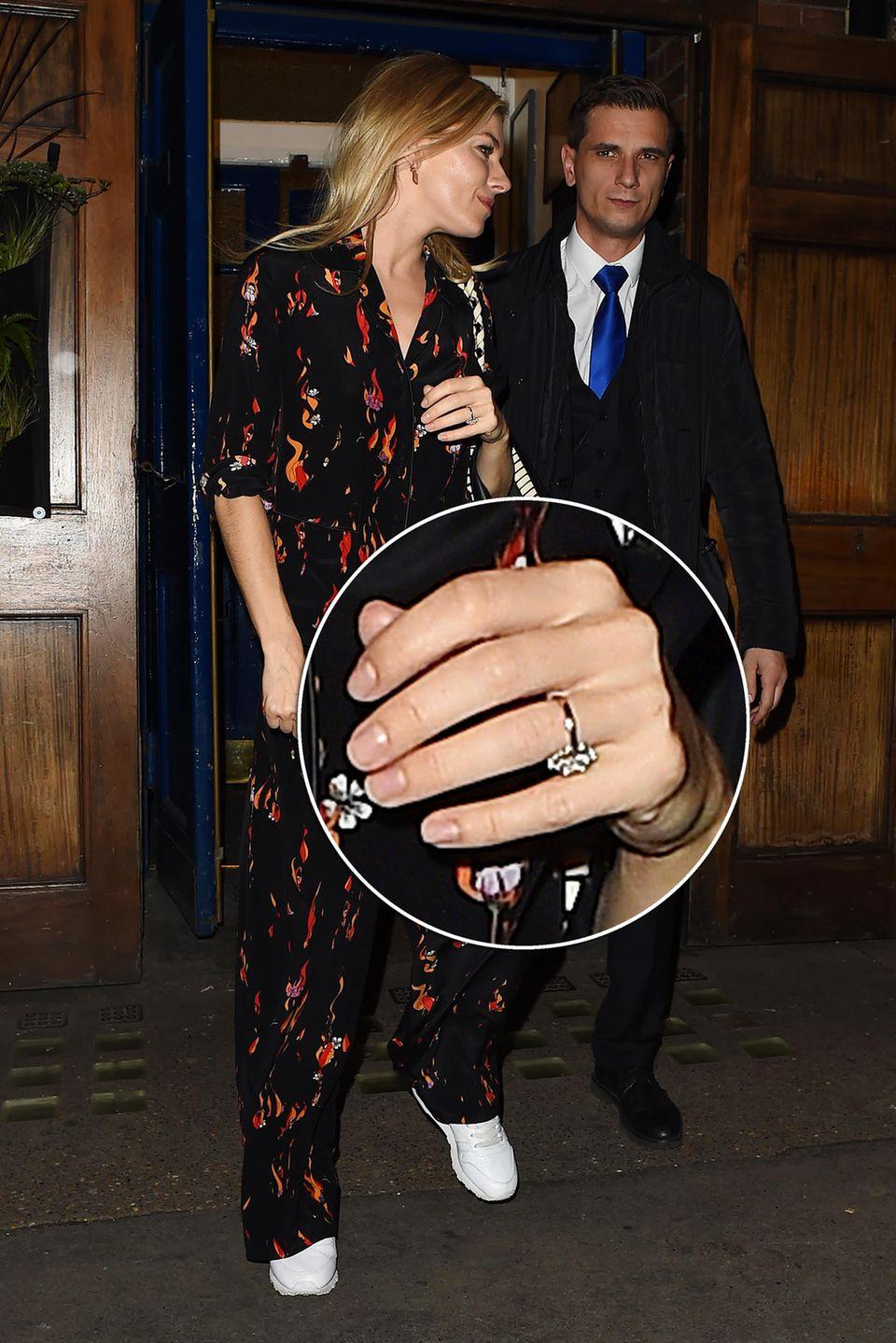 Sienna Miller datet seit einem guten Jahr den Regisseur Bennett Miller. Kein Wunder dass nach diesen Fotos von ihr mit XXL-Klunker am Ringfinger Gerüchte laut wurden, die beiden hätten sich verlobt. Der 35-Jährigen wäre ein Happy End nach dem Auf und Ab der letzten Jahre wirklich zu wünschen.