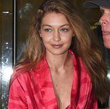 Zu den Fittings von Calvin Klein während der New York Fashion Week geht Gigi Hadid völlig ungeschminkt. Strahlen tut sie in ihrem seidenen Kimono dennoch.