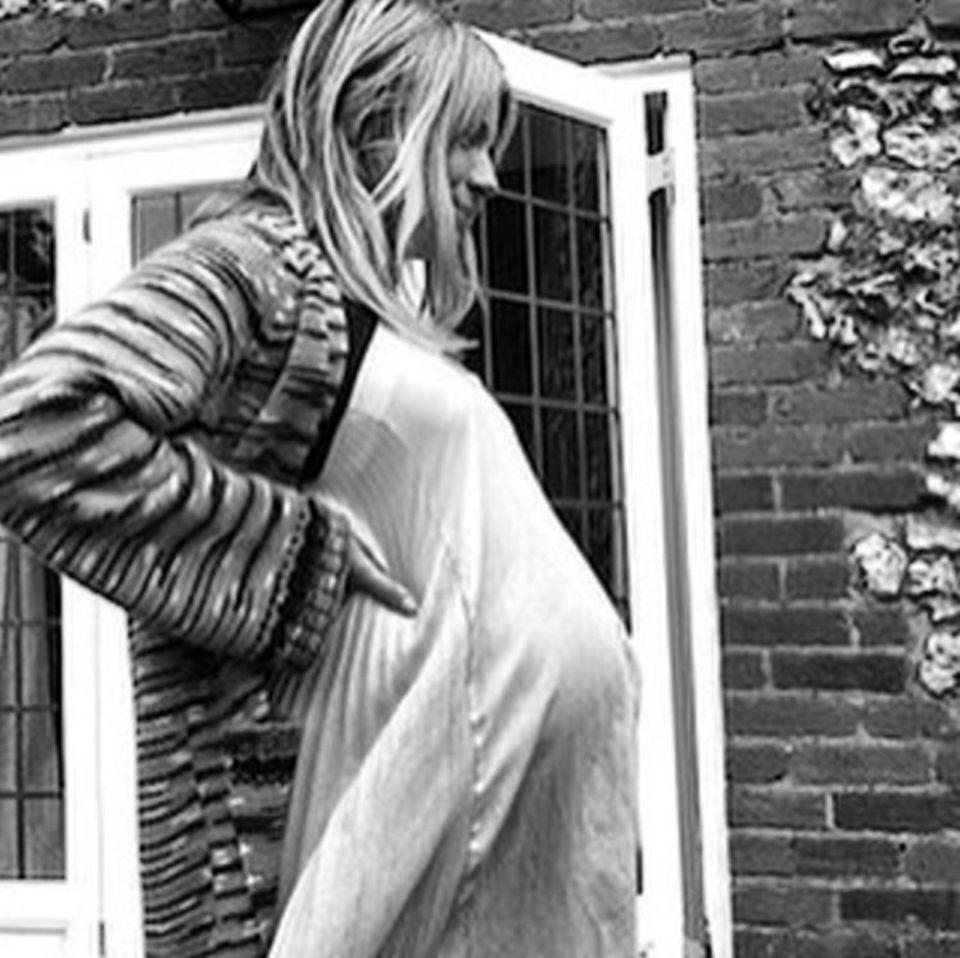 Hollywoodstar Sienna Miller hat es sich ebenfalls nicht nehmen lassen ein Schwangerschafts-Foto zu posten.