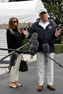 """Zurückhaltend, aber sehr teuer ist dieses Outfit von Präsidentengattin Melania Trump. Mit Ballerinas von Chanel für ca. 600 Euro und einer """"Birkin Bag"""" von Hermès (mindestens 10.000 Euro) tritt sie eine Reise in die Katastrophengebiete in Florida an."""