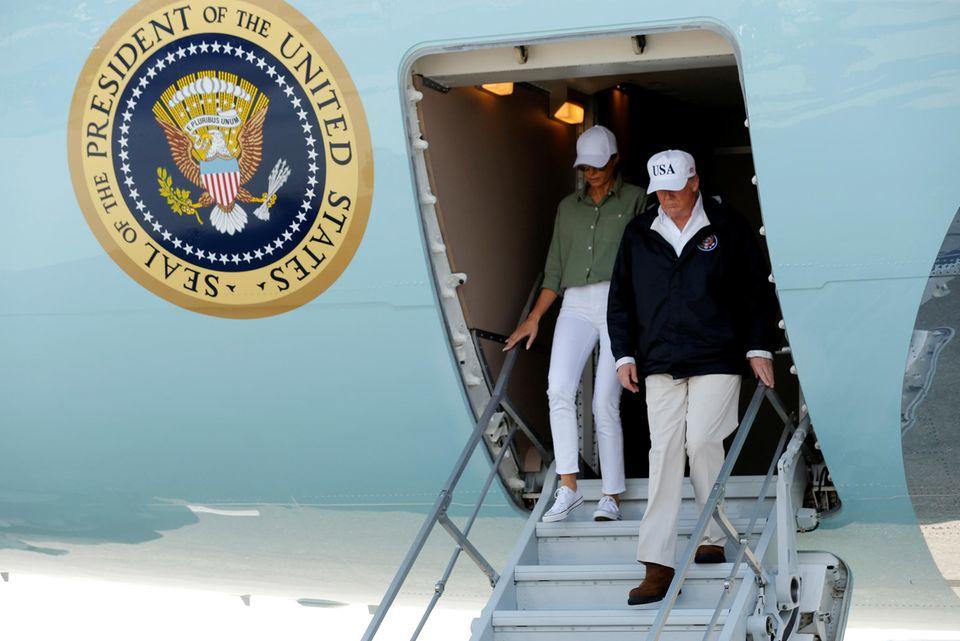Na also, geht doch! Statt teurer Designermode trägt Melania Trump bei der Ankunft in Fort Myers in schlichtes und funktionales Outfit mit Converse-Sneakern für gerade einmal 40 Euro.
