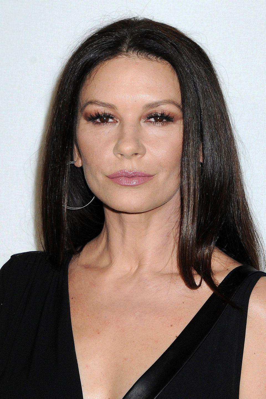 Unnatürlich glatt und merkwürdig starr zeigte sich Catherine Zeta-Jones bei der Fashion-Show von Michael Kors in New York. Wieder ein Beweis, dass Botox zwar die Falten nimmt, aber auch eine natürlich schöne Mimik.