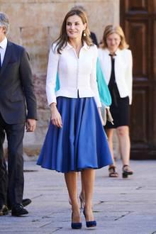 Einen Tag vor ihrem 45. Geburtstageröffnet Königin Letizia gemeinsame mit ihrem Mann König Felipe das neue Universitätsjahr in der Universität von Salamanca. Zu diesem Anlass trägt sie einen knielangen royalblauen Rock und einen weißen Kurzblaser.