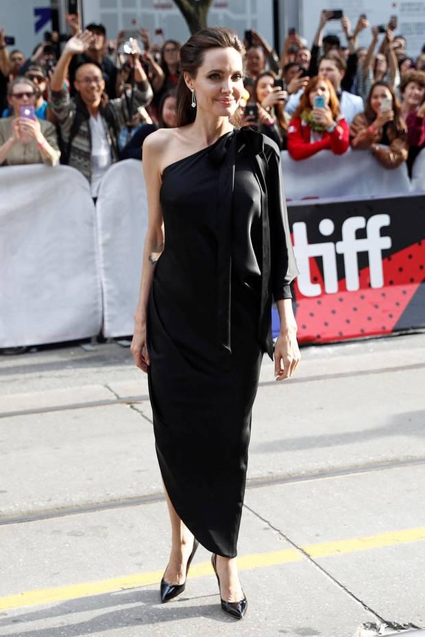 """Im seidigen One-Shoulder-Look von Ralph & Russo zieht Angelina Jolie bei der Premiere von """"First They Killed My Father"""" alle Blicke auf sich."""