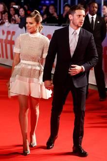 """Ein ganz schön stylisches Paar in Schwarz und Weiß geben Kate Mara und Jamie Bell bei der Premiere von""""Film Stars Don't Die in Liverpool"""" ab. Kates Kleid stammt von David Koma."""