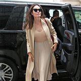 Im sandfarbenen Wollmantel und mit nudefarbenem Outfit präsentiert Angelina Jolie einen lässig-eleganten Streetstyle.
