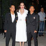 Bei so einer schönen Mutter im eleganten, weißen Mantel passen Maddox und Pax (l.) besonders gut auf.