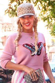 Aufs Käppi können sie auf der Wiesn gerne verzichten, zwei lässig geflochtene Zöpfe links und rechts, wie hier bei Beyoncé gehen aber immer.