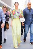 Wie ein heller Frühlingstag strahlt Miranda Kerr im floralen Balenciaga-Look.