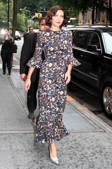 Maggie Gyllenhaal macht in diesem dunklen Blumenkleid eine fantsatische Figur.