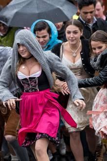 16. September 2017  Auftakt zum Oktoberfest: Junge Menschen trotzen Wind und Wetter, während sie nach der Öffnung auf das Festgelände stürmen.
